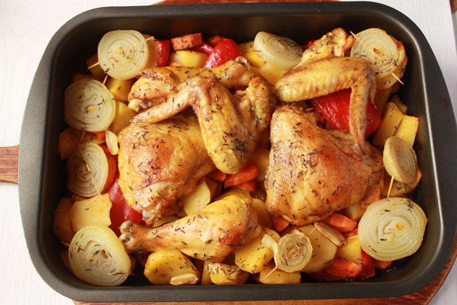 как запечь курицу в духовке с картофелем